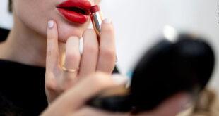 El maquillaje puede contener sustancias químicas potencialmente tóxicas llamadas PFAS, revela un estudio